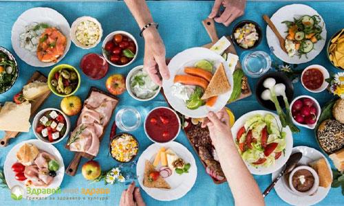 Препълнена маса с храна - преяждане